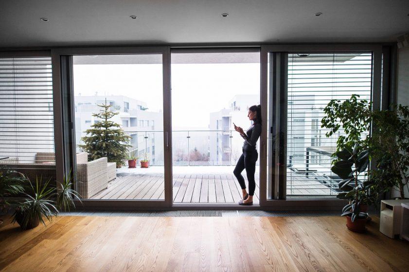 warto montować w domu duże drzwi